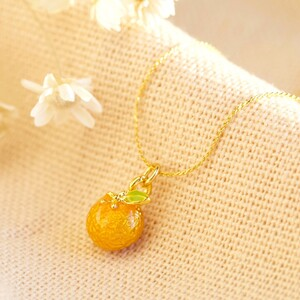An orange necklace in gold