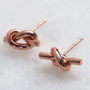 Shiny rose gold knot stud earring