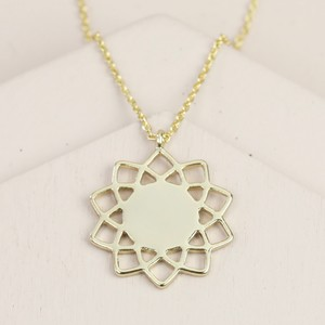 Shiny Mandala Flower Necklace In Gold