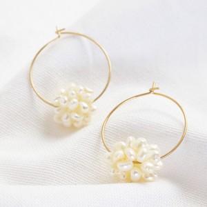 Hoop pearl earrings in Gold