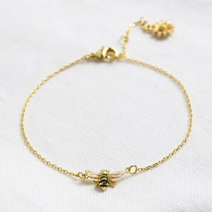 Enamel bee bracelet with peach daisy